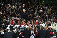 Хоккеисты Ак Барса качают главного тренера команды Зинэтулу Билялетдинова