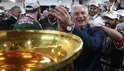 Главный тренер Ак Барса Зинэтула Билялетдинов в раздевалке пьет шампанское