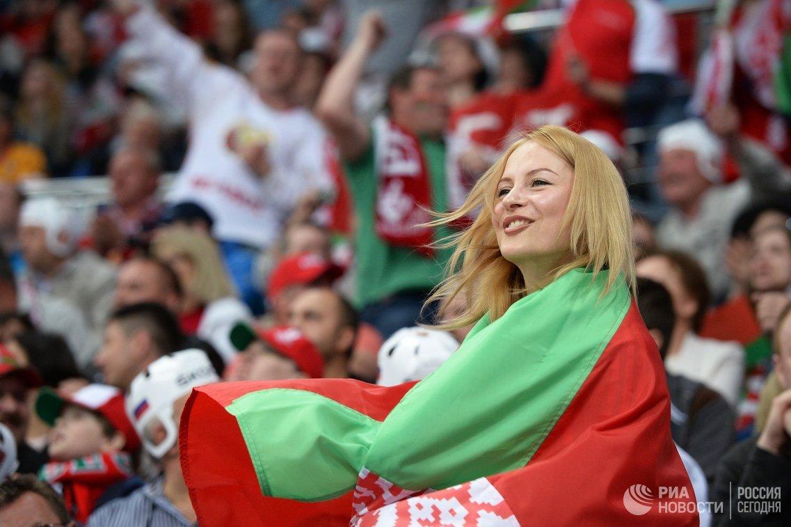 Болельщица сборной Белоруссии во время матча группового раунда чемпионата мира по хоккею