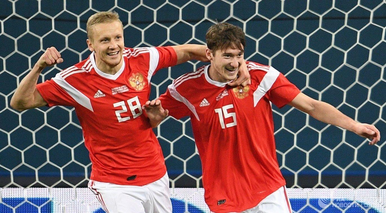 Футболисты сборной России Игорь Смольников и Алексей Миранчук (справа) радуются забитому мячу