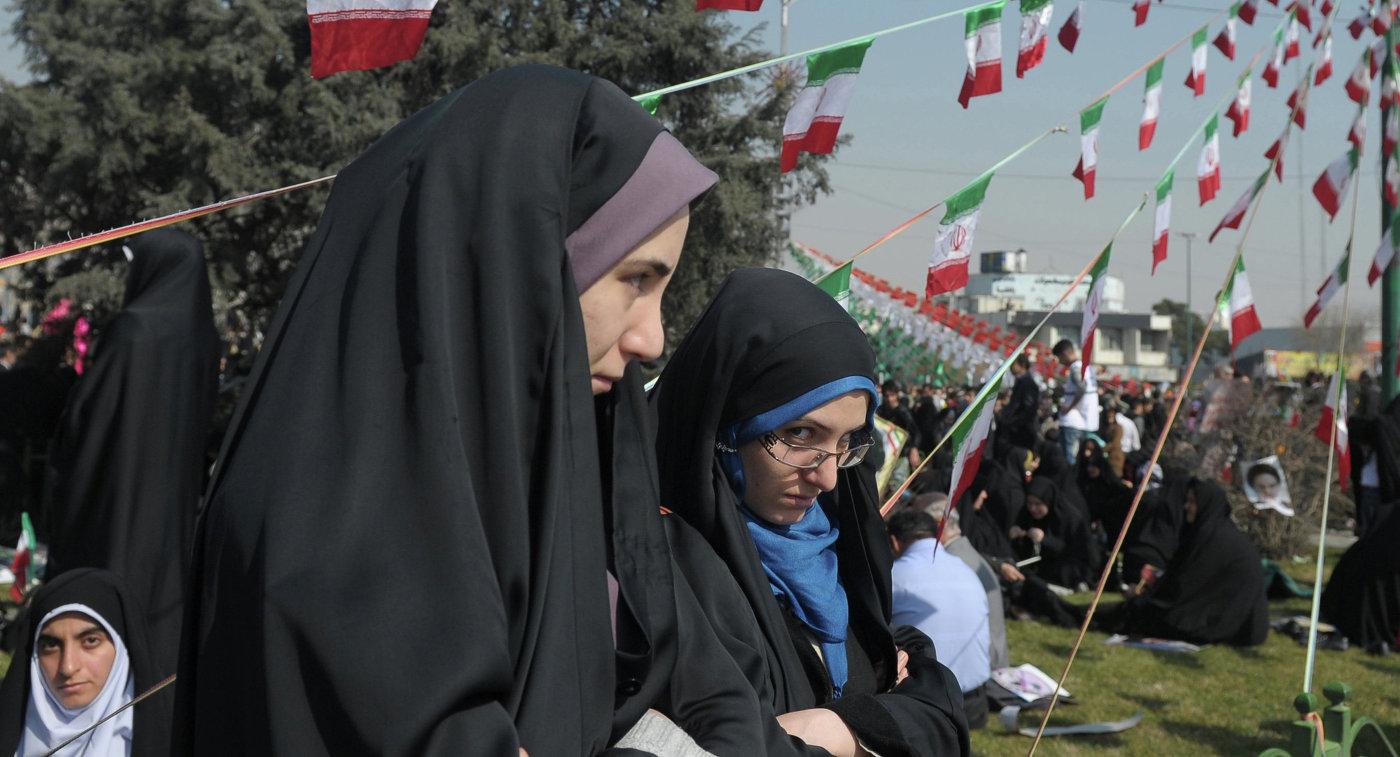 Иранские болельщицы пробрались нафутбольный матч, переодевшись вмужчин инаклеив бороды