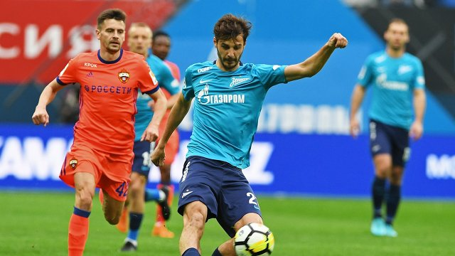 Защитник ЦСКА Георгий Щенников и полузащитник Зенита Александр Ерохин (справа)