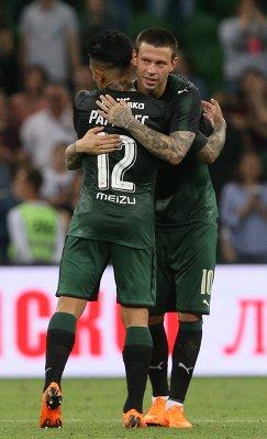 Футболисты Краснодара Кристиан Рамирес (слева) и Фёдор Смолов радуются победе