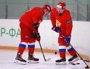 Нападающий сборной России по хоккею Павел Дацюк (справа) на тренировке