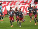 Игроки  ФК Локомотив радуются забитому мячу