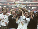 Тренер Локомотива Юрий Семин (в центре, слева) (архив, 2003 год)
