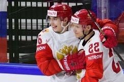 Хоккеисты сборной России Илья Михеев (слева) и Никита Зайцев радуются заброшенной шайбе