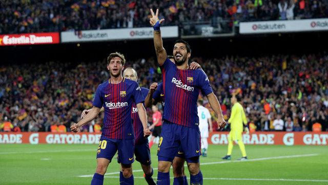 Футболисты Барселоны Серхи Роберто и Луис Суарес (слева направо)