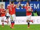 Футболисты сборной России Роман Нойштедтер и Федор Смолов (справа) радуются забитому голу