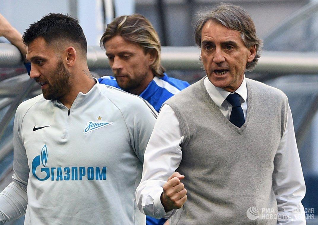 Главный тренер Зенита Роберто Манчини (справа)