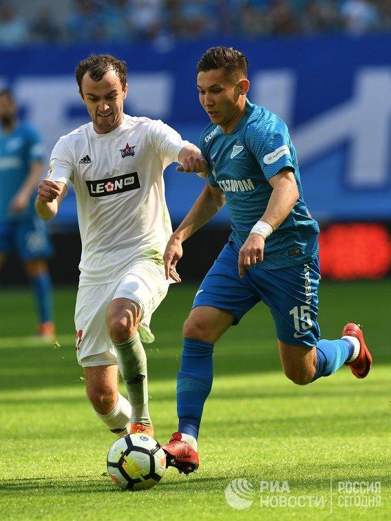 Защитник ФК Зенит Эльмир Набиуллин (справа) и хавбек ФК СКА-Хабаровск Артём Самсонов