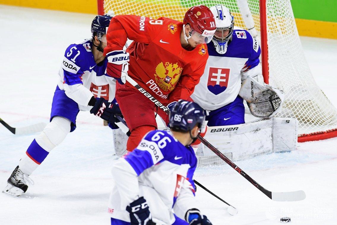 Вратарь сборной Словакии Марек Чильяк и форвард сборной России Павел Бучневич (справа налево)