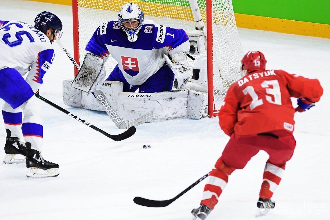 Вратарь сборной Словакии Марек Чильяк (в центре) и форвард сборной России Павел Дацюк (справа)