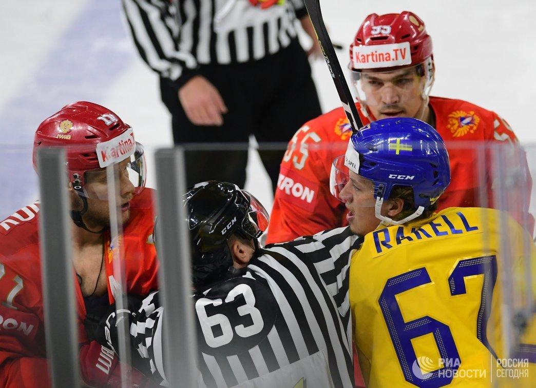 Игровой момент матча группового этапа чемпионата мира по хоккею между сборными командами России и Швеции