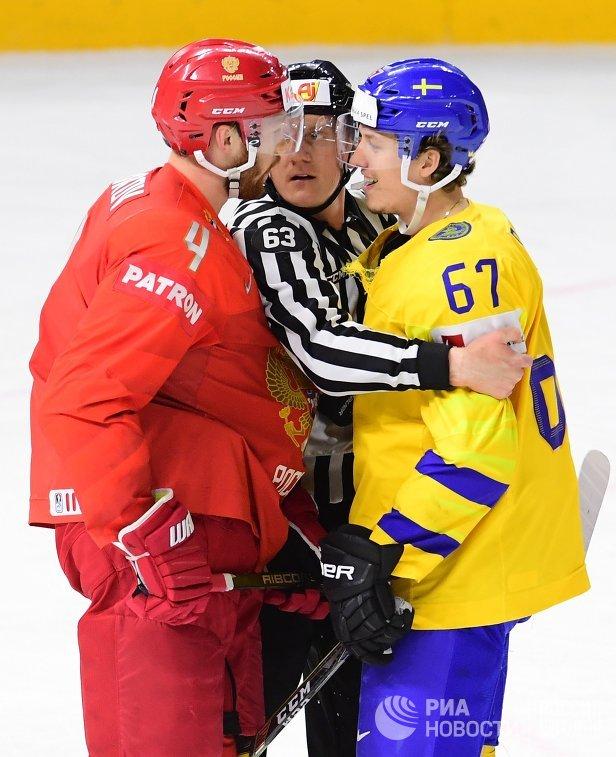 Защитник сборной России Владислав Гавриков и форвард команды Швеции Рикард Ракелль (слева направо)
