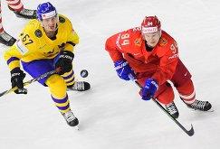 Форварды сборной Швеции Рикард Ракелль и команды России Александр Барабанов (слева направо)