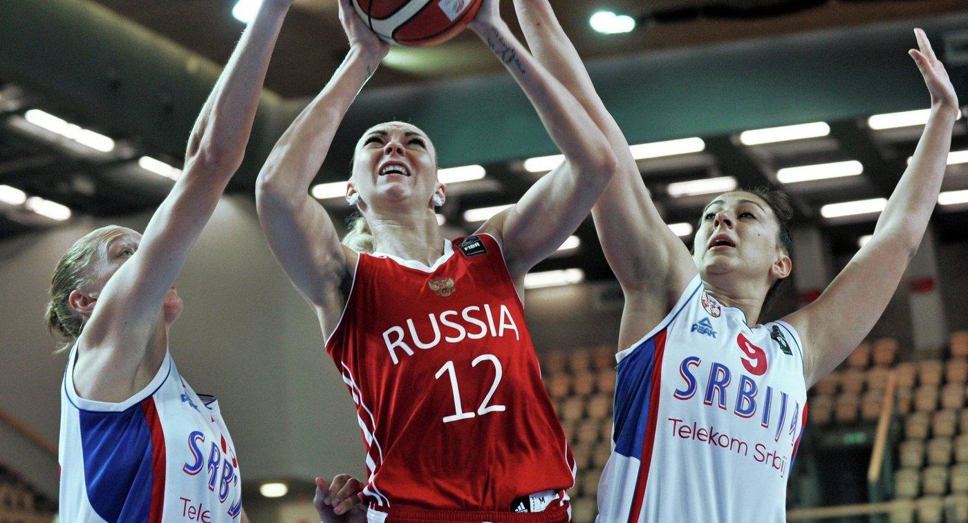 Защитник женской сборной Сербии Елена Милованович и центровая женской сборной России Ирина Осипова (справа налево)