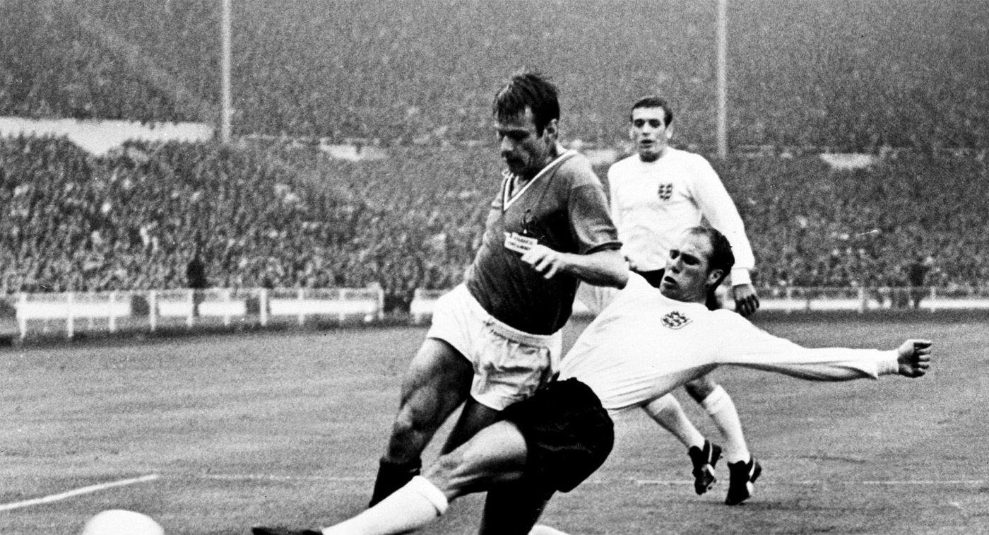 Рэймон Уилсон (справа) в финале ЧМ-1966