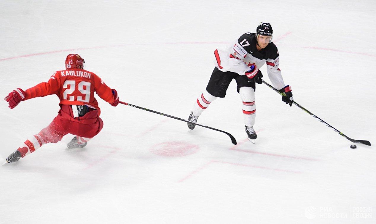 Нападающий сборной России Илья Каблуков и форвард сборной Канады Джейден Шварц (слева направо)