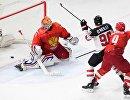 Форвард сборной Канады Райан О'Райлли (в центре) забрасывает шайбу в ворота голкипера сборной России Игоря Шестёркина