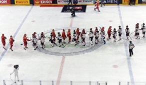 Хоккеисты сборной России и хоккеисты сборной Канады после окончания матча