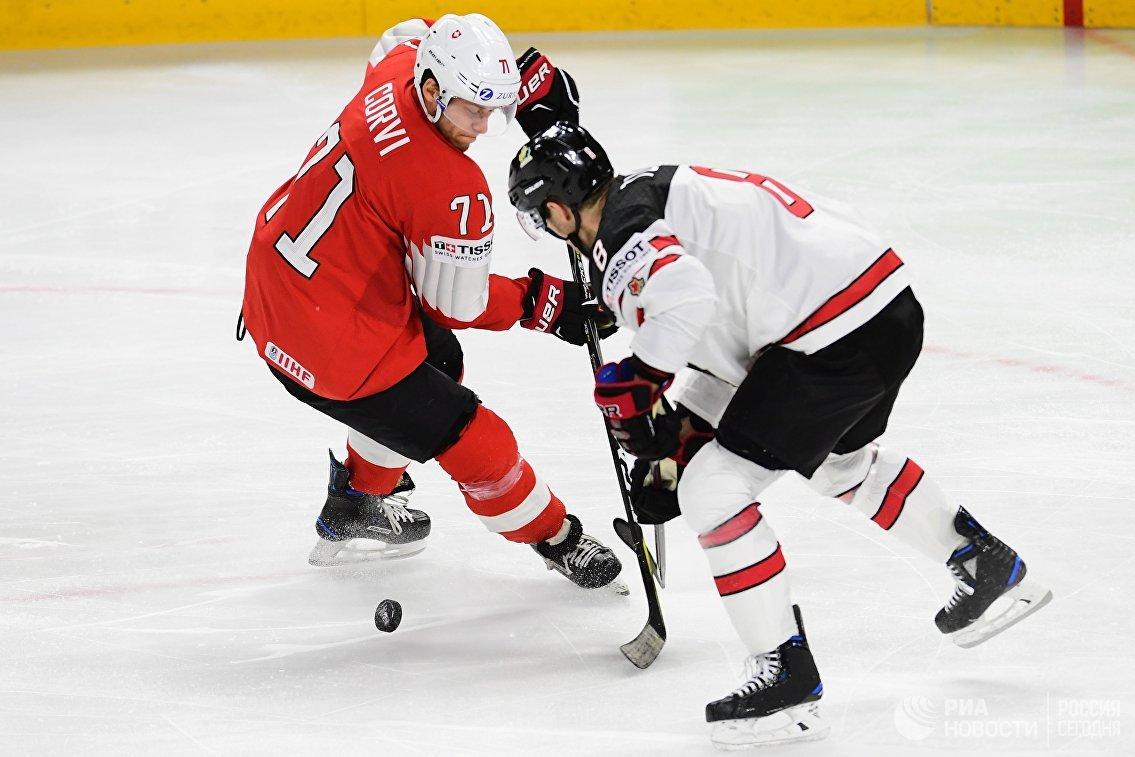 Нападающий сборной Швейцарии Энцо Корви (слева) и сборной Канады Кайл Туррис