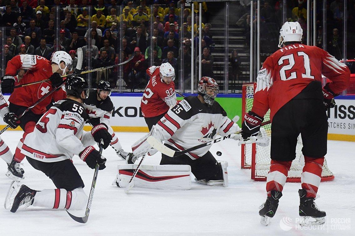 Вратарь сборной Канады Дарси Кемпер (в центре)
