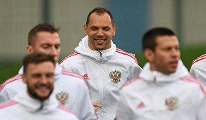 Защитник сборной России Сергей Игнашевич (в центре)
