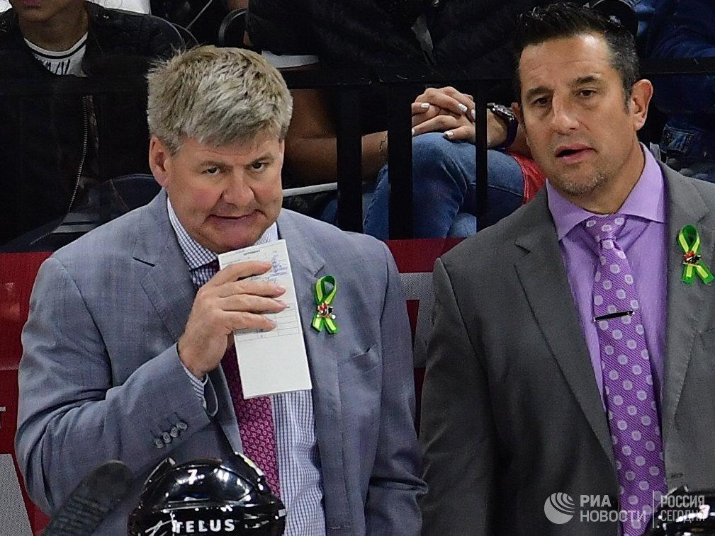 Главный тренер сборной Канады Билл Питерс (слева)