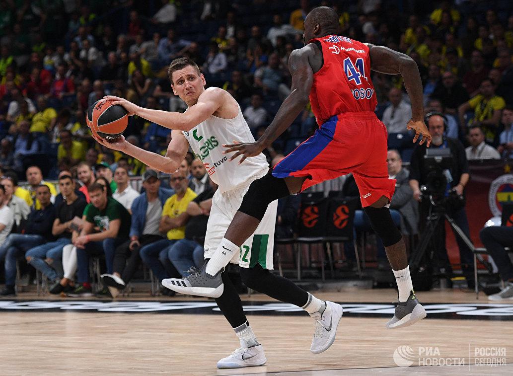 Центровой ЦСКА Отелло Хантер и форвард Жальгириса Эдгарас Улановас (слева)