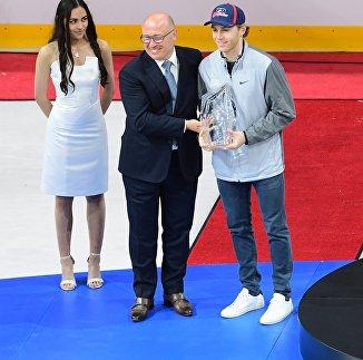 Нападающий сборной США Патрик Кейн (справа)