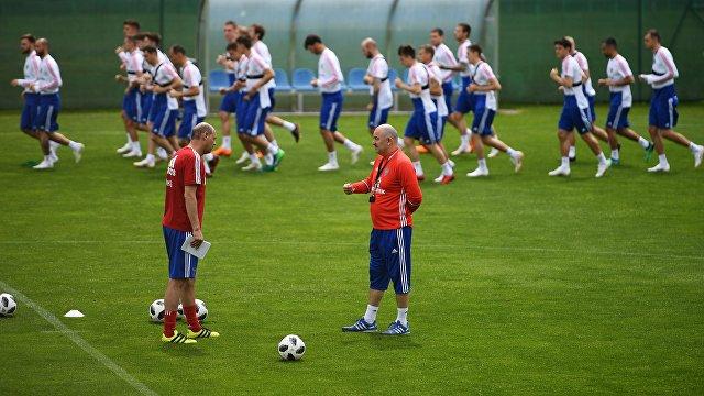 Футболисты сборной России и главный тренер Станислав Черчесов (на первом плане справа)