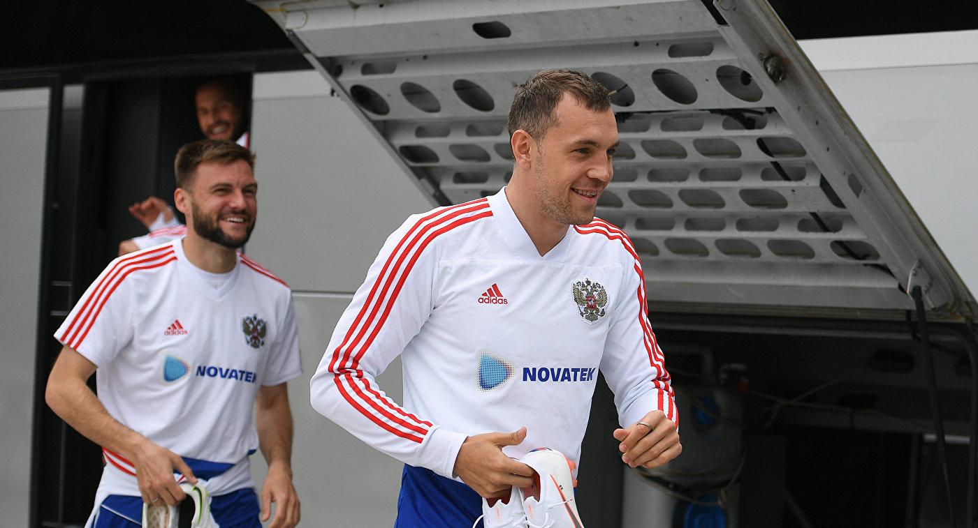 Игроки сборной России Артем Дзюба, Владимир Гранат и Федор Кудряшов