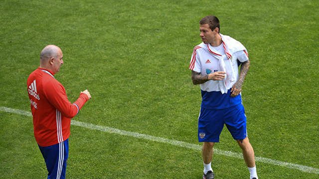 Нападающий сборной России Федор Смолов (справа) и главный тренер Станислав Черчесов