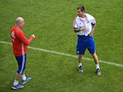 Игрок сборной России Федор Смолов (справа) и главный тренер Станислав Черчесов