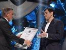 Президент Международной Федерации хоккея (ИИХФ) Рене Фазель (слева) вручает специальный приз Сириус игроку ХК СКА Павлу Дацюку
