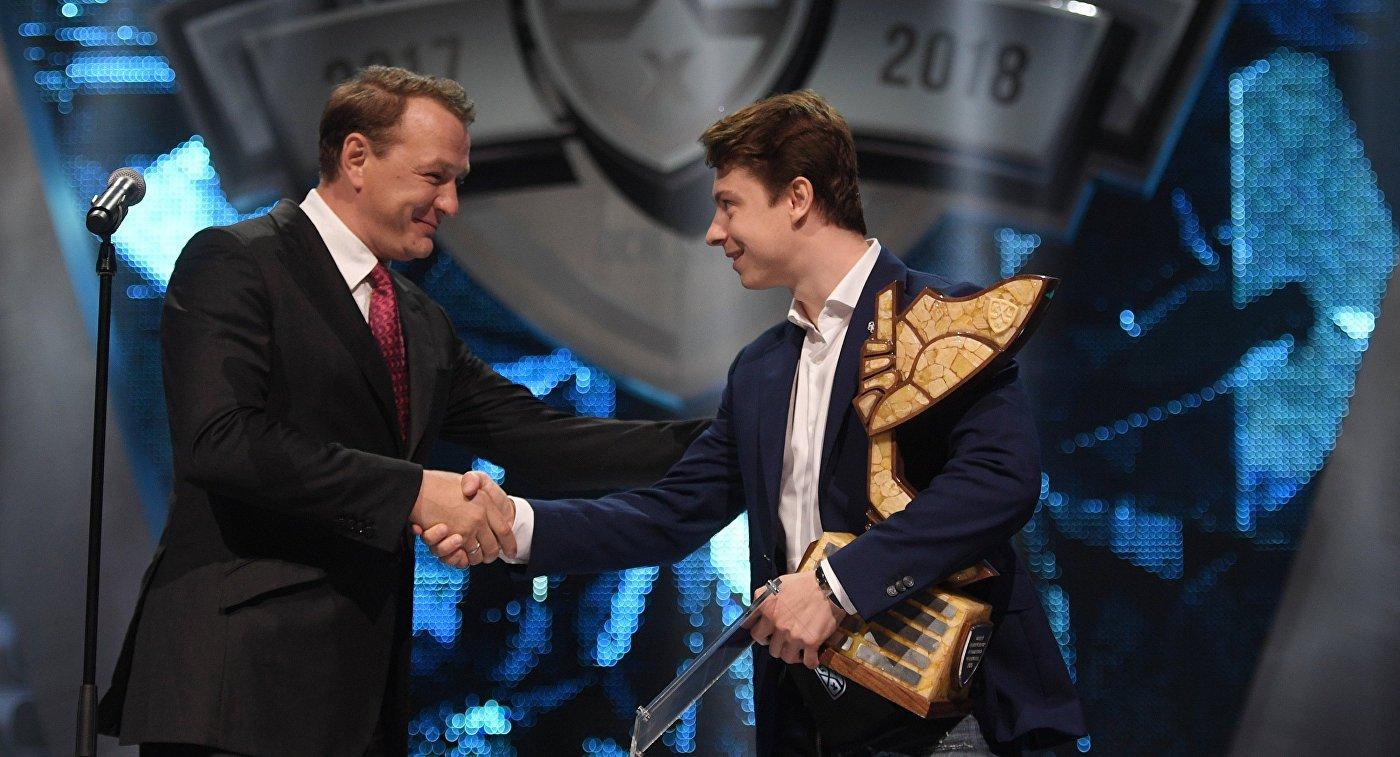 Актер Марат Башаров (слева) вручает игроку ХК СКА Никите Гусеву