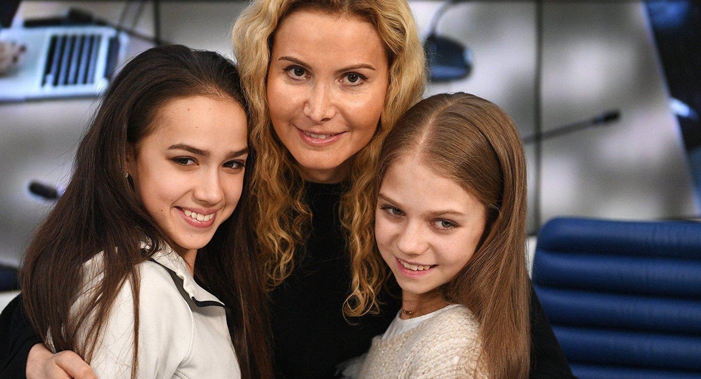 Алина Загитова, Этери Тутберидзе и Александра Трусова (слева направо)