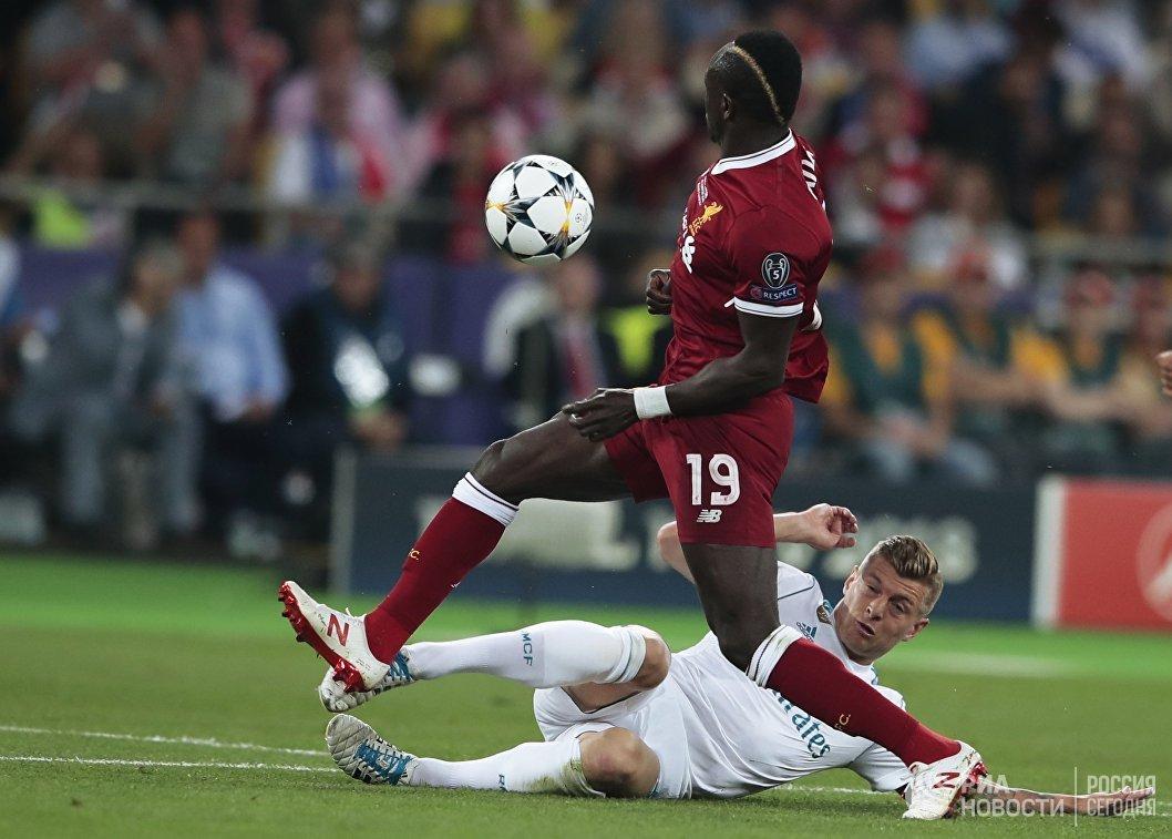 Полузащитник Ливерпуля Садио Мане (слева) и Реала Тони Кроос
