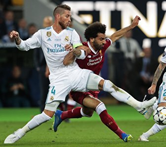 Футболисты Реала Серхио Рамос, Ливерпуля Мохамед Салах и Реала Иско (слева направо)