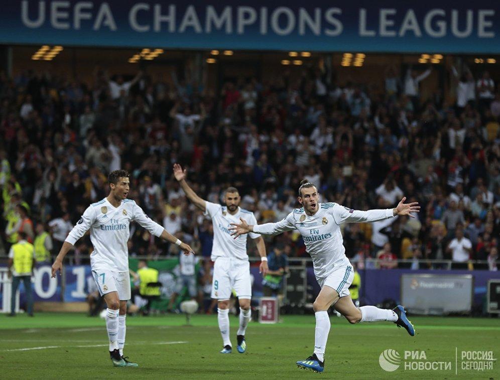 Полузащитник Реала Гарет Бейл (справа) радуется забитому голу