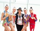 Юниорская сборная России по художественной гимнастике и Ирина Винер-Усманова (в центре)