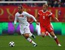 Полузащитники сборной Турции Юсуф Языджи и сборной России Юрий Газинский (слева направо)