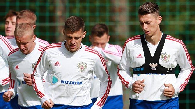Футболисты сборной России Роман Зобнин (слева) и Илья Кутепов
