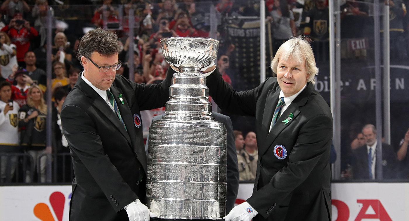 Хранители Кубка Стэнли демонстрируют трофей перед началом игры