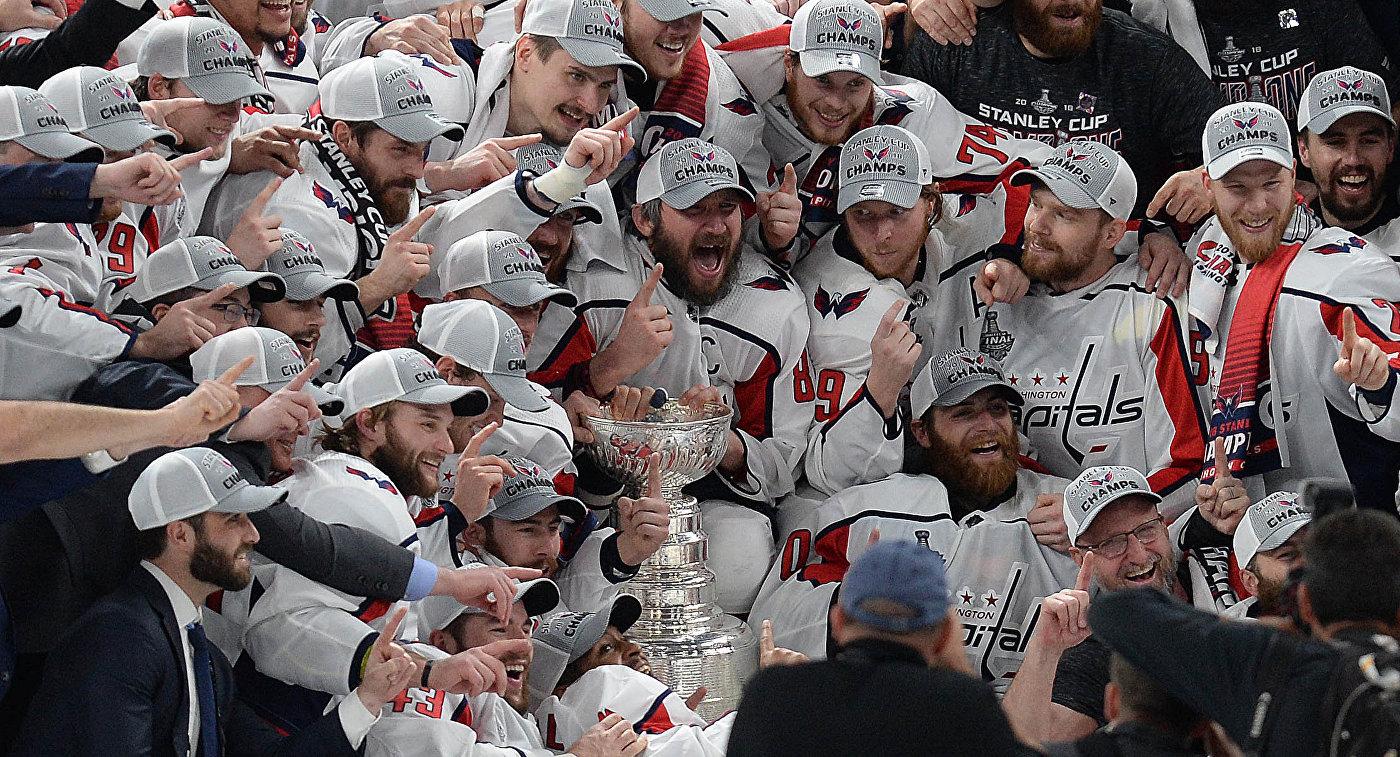 Хоккеисты Вашингтона вместе с Александром Овечкиным (в центре)