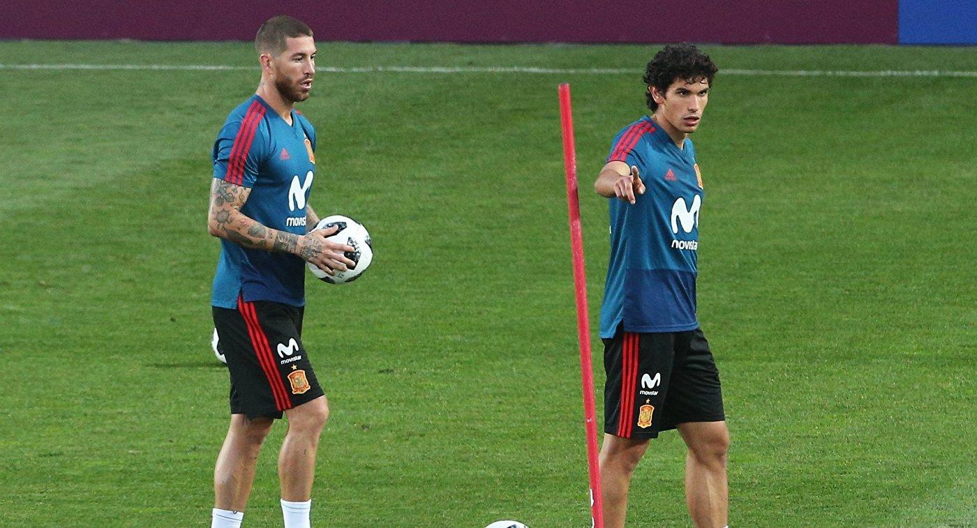 Защитник сборной Испании Серхио Рамос (слева) на тренировке в Краснодаре