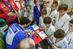 Михаил Игольников раздает автографы