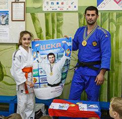 Михаил Игольников с плакатом ЦСКА