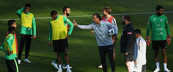 Главный тренер сборной Саудовской Аравии Хуан Антонио Пицци (в центре)
